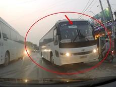 Thót tim với video xe chở công nhân lấn hẳn sang làn đường ngược chiều để lên vỉa hè chạy ở Quốc lộ 37