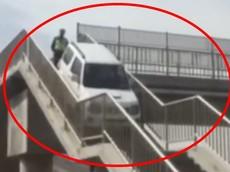 Video: Chạy lố trên cao tốc, tài xế quyết định cho ô tô leo hẳn lên cầu vượt đi bộ để quay đầu cho lẹ
