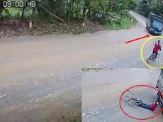 Video: Vào cua ẩu, tài xế xe tải suýt gây tai nạn thương tâm với người phụ nữ chạy xe đạp đeo khăn tang