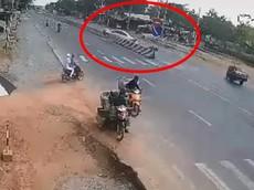 Video: Ô tô lao qua đường rồi tông vào xe máy chạy ngược chiều trước khi leo lên dải phân cách ở Long An