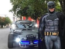 """Chung tay chống COVID-19, Batman """"đời thật"""" lái xe đi tuần trên phố, yêu cầu người dân tự giác về nhà"""