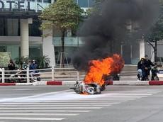 Hà Nội: Xe tay ga bất ngờ bốc cháy ngùn ngụt khi đỗ đèn đỏ đoạn qua ngã tư Tây Sơn