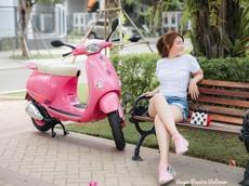 Á hậu áo dài Trịnh Thanh Phối duyên dáng bên chiếc Vespa ET hồng Hello Kitty