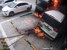 Kinh hoàng xe điện Trung Quốc đang cắm sạc thì bất ngờ phát nổ, bốc cháy dữ dội