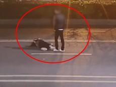 Video: Đứng giữa đường cãi nhau với chồng, người vợ bị ô tô cán qua người