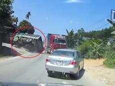 Video: Đánh lái tránh xe container vượt ẩu, xe ben lật ngang tại Phú Thọ