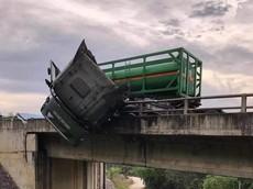 Đầu xe bồn nằm lơ lửng trên lan can cầu trong vụ tai nạn trên cao tốc Hà Nội - Lào Cai