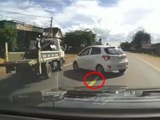 Video: Hyundai i10 sang đường ẩu tại Quốc lộ suýt gây tai nạn cho chính xe CSGT