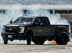 Chứng kiến Ford Super Duty F-450 2019 nặng trên 3,6 tấn drift ngon lành dưới bàn tay của Ken Block