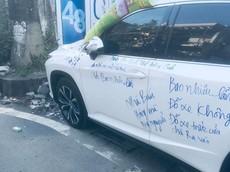 Hải Phòng: Lexus RX350 đỗ chắn trước cửa nhà người khác, bị ghi chằng chịt chữ trên thân xe