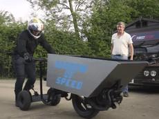 """Đây là chiếc xe đẩy cút kít """"nhanh nhất thế giới"""" với tốc độ 64 km/h"""