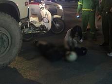 Video quay khoảnh khắc xe máy va chạm với xe chở rác khiến một nữ sinh bị thương nặng tại Hà Nội