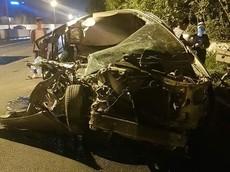 """Toyota Innova """"nát tươm"""" sau khi tông vào đuôi xe tải trên đại lộ Thăng Long, tài xế thoát chết thần kỳ"""