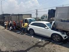 Bình Tân: 12 xe tông dồn toa trên Quốc lộ 1, dân mạng xót xa cho xe Mercedes-Benz GLC
