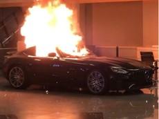 """Người biểu tình đập phá showroom ô tô, """"hóa vàng"""" siêu xe Mercedes-AMG GT"""