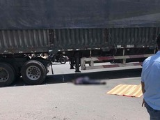 Video: Xe đầu kéo rẽ phải, va chạm với xe máy đi thẳng khiến 1 người đàn ông tử vong tại Tiền Giang
