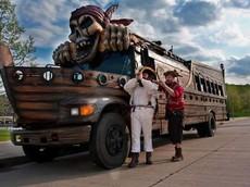 """Với 50.000 USD, bạn có thể rước về chiếc xe buýt mang phong cách """"tàu cướp biển"""" độc nhất này"""