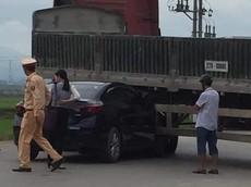 Video: Xe container lùi thiếu quan sát, cuốn Mazda3 do nữ lái vào gầm tại Điện Biên