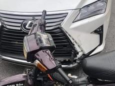 Đổ đèo Tam Đảo, thanh niên chạy xe máy tông vào Lexus RX