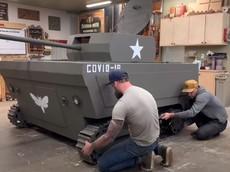 """Hài hước người đàn ông biến đổi máy cắt cỏ thành """"xe tăng bắn đạn khoai tây"""""""