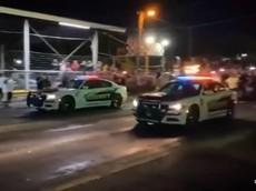 Hài hước câu chuyện cảnh sát mang xe tuần tra đi đua drag, dân chúng ủng hộ hết mình