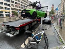 """Cảnh sát Đức vào việc rất nhanh khi """"cẩu"""" siêu xe Lamborghini Huracan EVO Spyder đỗ tại trạm xe điện"""