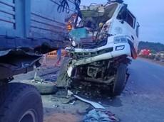 Video: Xe bồn nát bét đầu xe khi tông vào đuôi xe tải trên QL1A