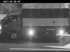 Video: Lợi dụng trời tối, tài xế cho xe tải chạy ngược chiều và đi lùi trên cao tốc Hà Nội - Hải Phòng