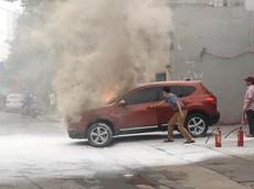 Video: Xe Nissan bốc cháy như đuốc trước cây xăng ở Hà Nội khiến người đi đường hoảng sợ