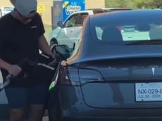 """Hài hước cảnh tài xế """"lúng túng"""" đổ xăng cho... xe điện Tesla Model 3"""