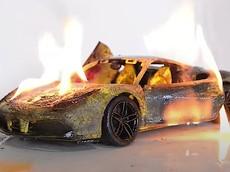 """Mãn nhãn cảnh mô hình xe Ferrari 488 GTB bị """"hóa vàng"""" rồi phục chế lại như mới"""