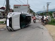 Hà Nội: Hyundai Santa Fe lật nghiêng giữa đường sau va chạm với ô tô khác