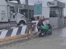 Video: Trốn vé trạm thu phí, người điều khiển mô tô phân khối lớn lao vào đường còn ướt xi-măng và cái kết