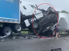 SUV cỡ lớn bị kẹp nát giữa 2 xe đầu kéo trong vụ 7 ô tô đâm liên hoàn