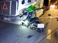 Bình Dương: Honda Winner X cắm chặt vào bên hông đầu xe container, một người tử vong tại chỗ