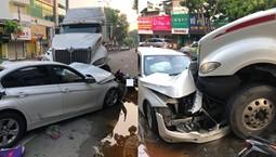 """Sài Gòn: Xe container lao qua đường ngược chiều """"hạ gục"""" xe BMW và nhiều xe máy"""
