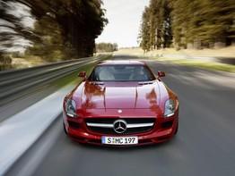 Mercedes-Benz SLS AMG nhào lộn bên trong đường hầm