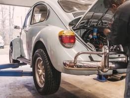 """Xem các kỹ sư Volkswagen tháo lắp động cơ của """"con bọ"""" Beetle chỉ trong 6 phút"""