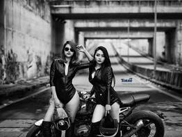 Nữ biker Việt khoe đường cong nóng bỏng bên BMW R nineT