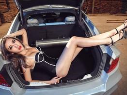 Mê mẩn chân dài Phan Vũ Hàm trong bộ áo tắm 1 mảnh bên chiếc Audi A7