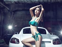 Nóng mắt với người mẫu Lí Dĩnh Chi trong bộ đồ 2 mảnh bên chiếc Porsche Cayman