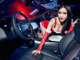Người đẹp Trương Nhã Kỳ tạo dáng nóng bỏng bên chiếc Range Rover đỏ rực