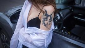 Cô gái có hình xăm mèo tạo dáng bụi bặm bên Nissan Kicks
