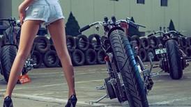 Người đẹp Tưởng Linh khoe chân dài miên man bên Harley-Davidson