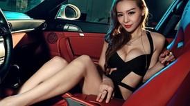 Porsche 911 Carrera 4S độ thêm phần quyến rũ với người đẹp nội y Lưu Gia Kỳ