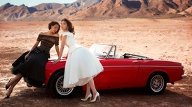 Hoa hậu Kỳ Duyên, siêu mẫu Minh Triệu lãng mạn cùng Datsun 1600 mui trần