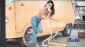 Thiếu nữ Việt cá tính bên xế cổ Volkswagen Minibus