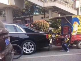 Thanh niên điều khiển xe ba gác ôm mặt khóc vì đâm trúng Rolls-Royce Ghost