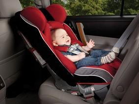 Cho trẻ nhỏ ngồi trên ô tô đúng cách như thế nào?