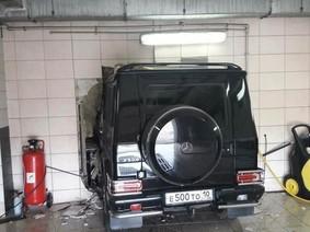 Mercedes-Benz G-Class vẫn nguyên vẹn sau màn 'đục thủng tường'